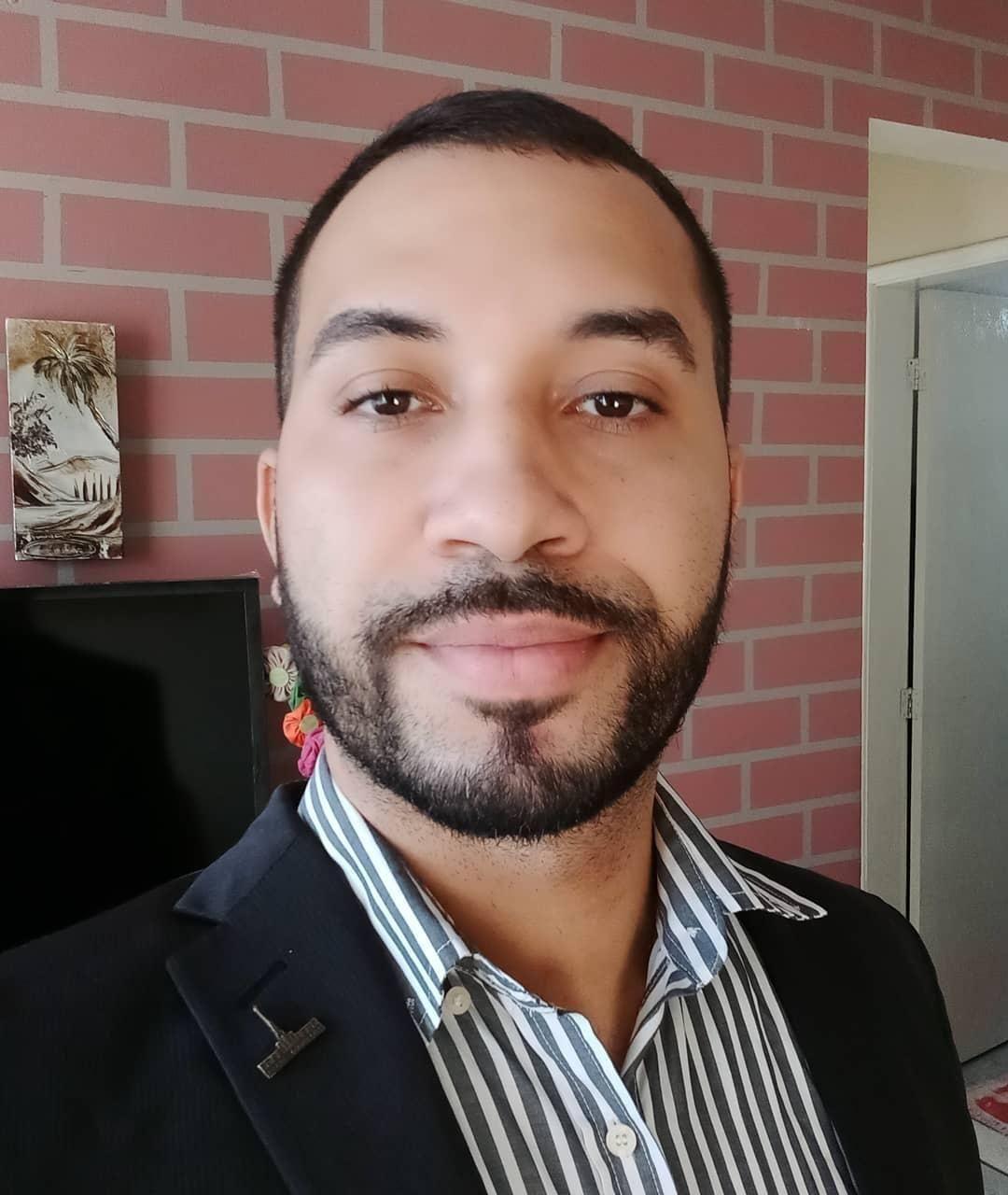 Gilberto Nogueira, ex-bbb, acaba de ser contratado pela TV globo com crachá e tudo